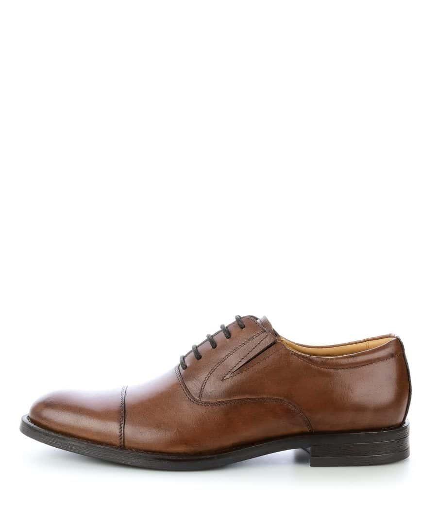 061e00ca91ae7 Charakteryzują się czystą linią, zamkniętą przyszwą (część cholewki  znajdująca się nad przednią częścią stopy) oraz węższym noskiem.