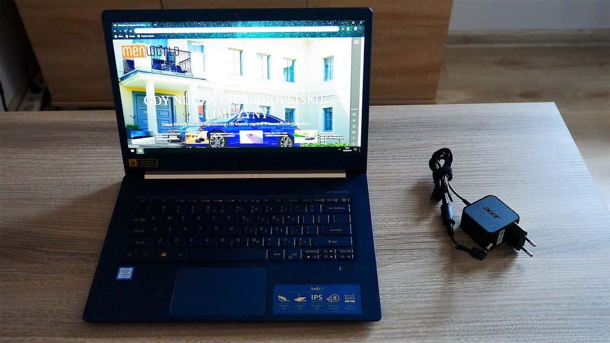 Acer Swift 5 i ładowarka przypominająca prędzej te, które dołączane są do naszych smartfonów