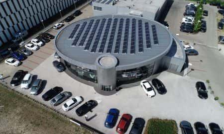 Lexus dba o środowisko. Na dachu salonu umieścił ogniwa fotowoltaiczne