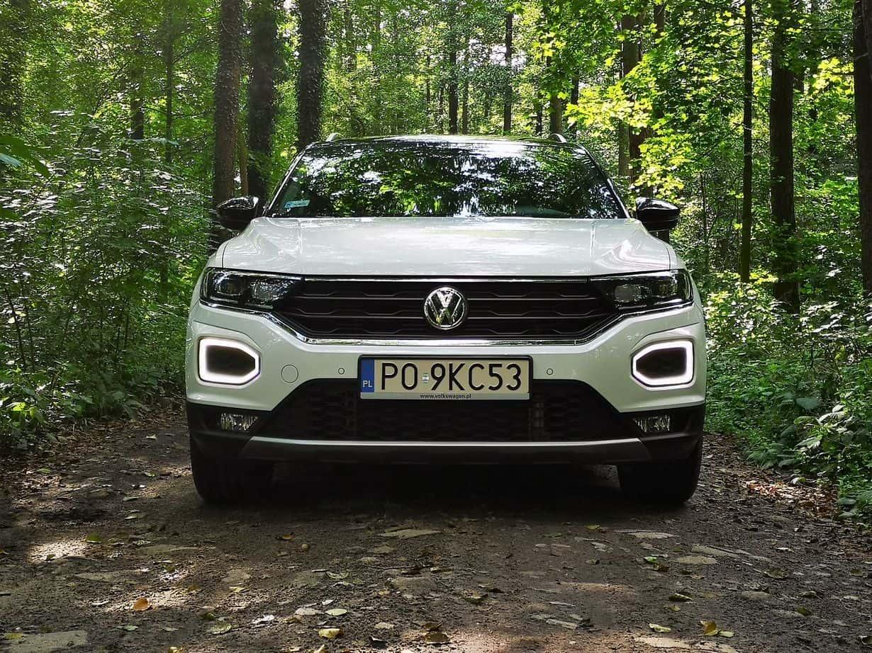 Na szczęście z biegiem czasu Volkswagen T-Roc mnie do siebie przekonywał! Owszem, mógłby być tańszy lub lepiej wykonany w środku, ale poza tym… trudno się do czegokolwiek doczepić!