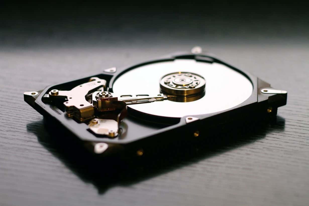 Dyski twarde, a więc HDD nadal się sprzedają, jednak ich popularność z miesiąca na miesiąc maleje.