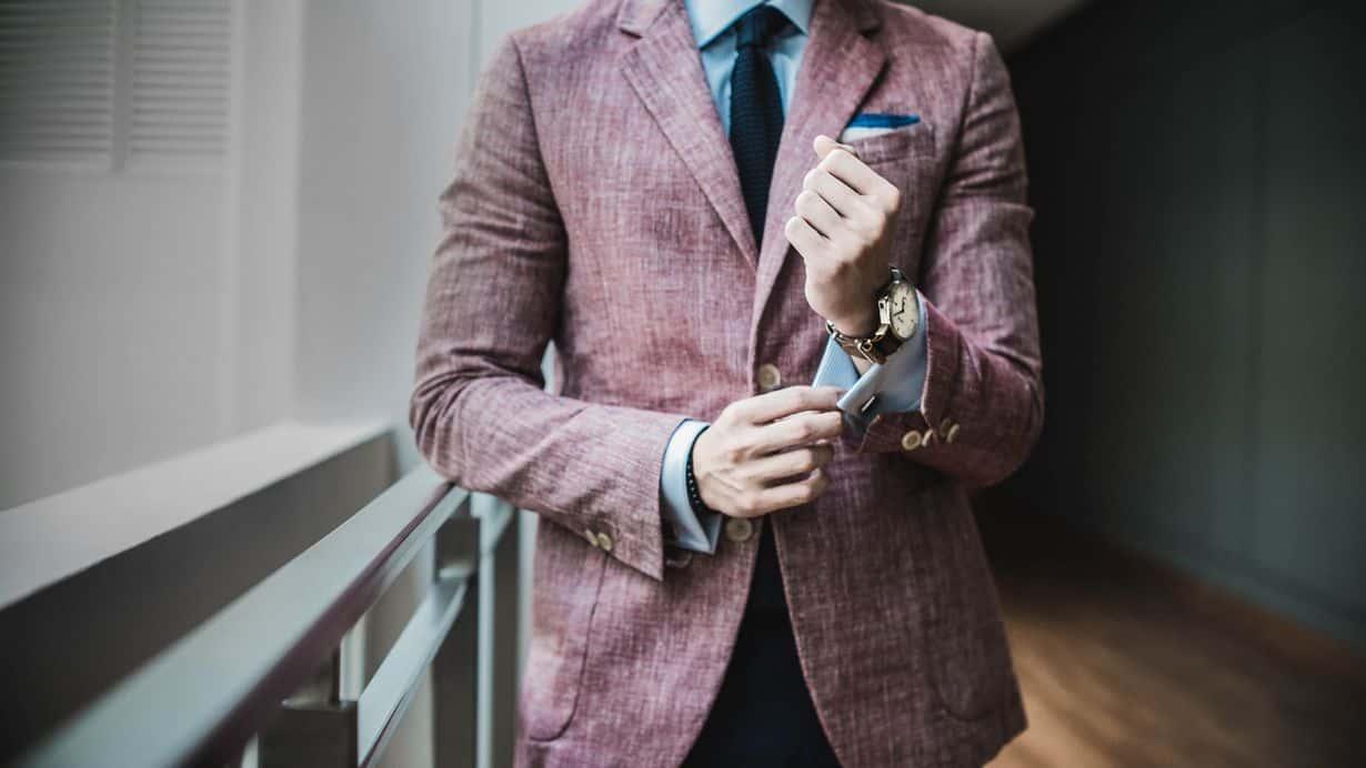 Elementy garderoby, które powinien mieć każdy mężczyzna. Stylowy facet nie powinien zapomnieć o pasku, zegarku, czy okularach.