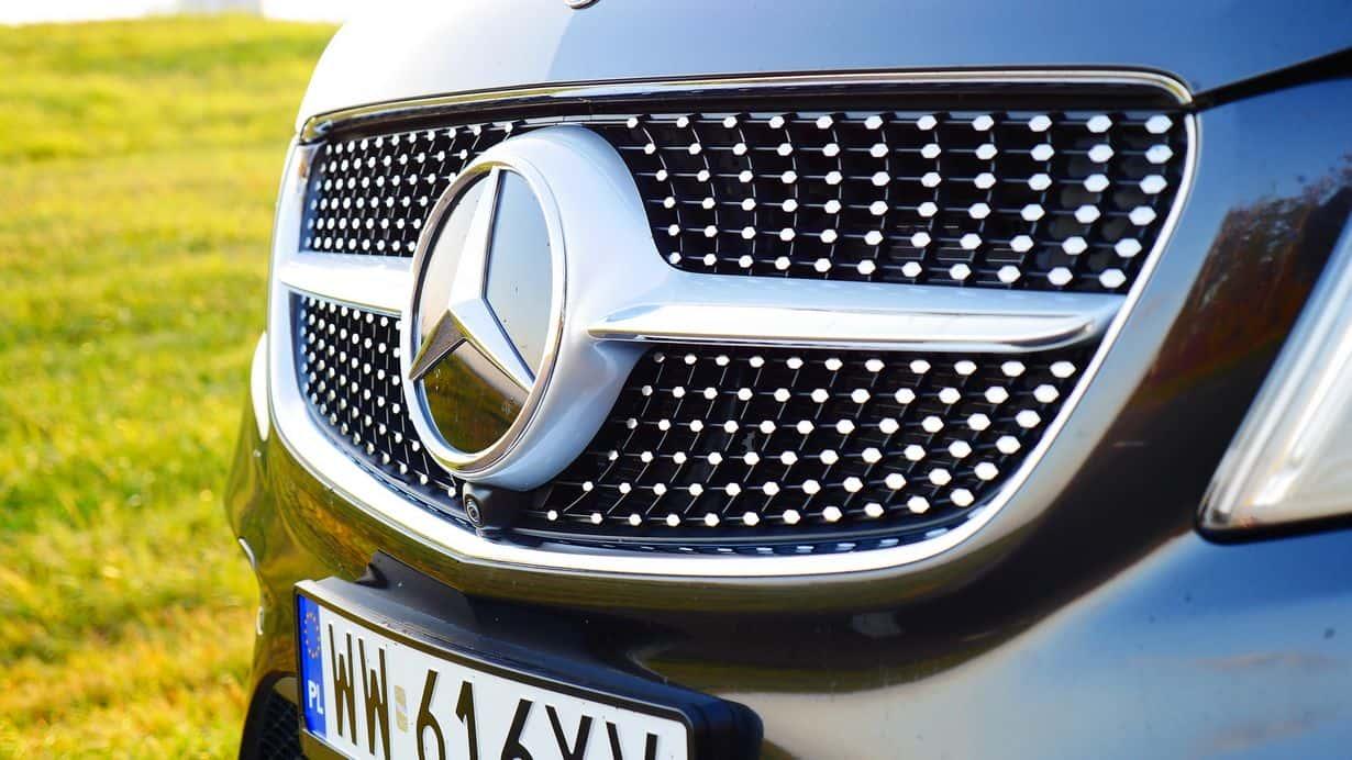 Mercedes Benz Klasa V 300d po liftingu wymaga sporego nakładu gotówki. Nie ma co się dziwić. Za komfort się płaci. Zawsze można wybrać wynajem długoterminowy, prawda?