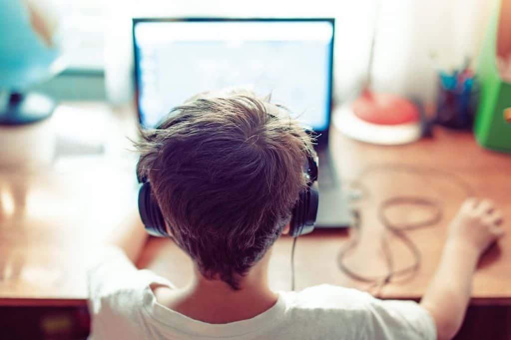 Zdalne lekcje - jak się uczyć w domu? Niezbędne urządzenia komputerowe