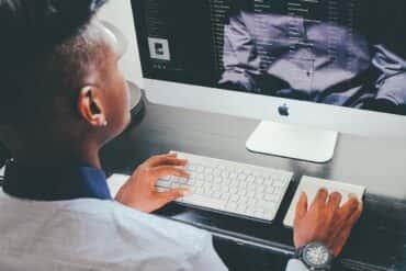 Dress code w home office - jak się ubierać do pracy w domu?