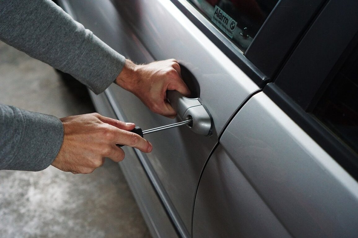 jak złodzieje kradną samochody