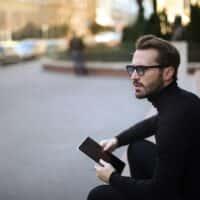 Jaki sweter męski kupić? Kilka pomysłów na modną stylizację