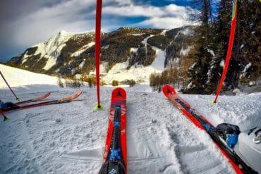 Podpowiadamy, jak wybrać narty męskie najlepsze na stok