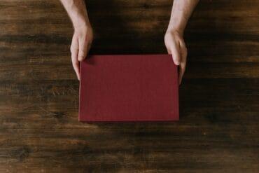 Niezależnie od okazji, wybór odpowiedniego prezentu dla żony nie będzie zadaniem łatwym. Z tego powodu, przygotowaliśmy poradnik pełen inspiracji. Idealnie sprawdzi się dla mężczyzn, którzy poszukują odpowiedniego pomysłu na prezent dla swojej małżonki. Pomysły na prezent dla żony? Podpowiadamy!